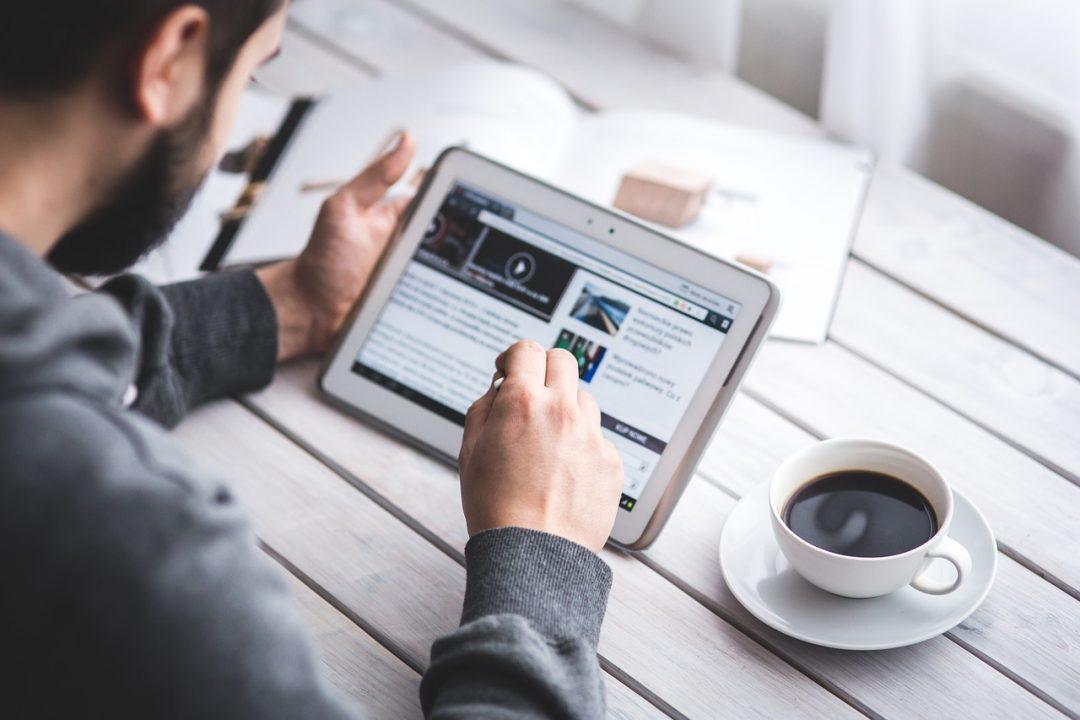 digital transformation, dipendente al lavoro da un device mobile